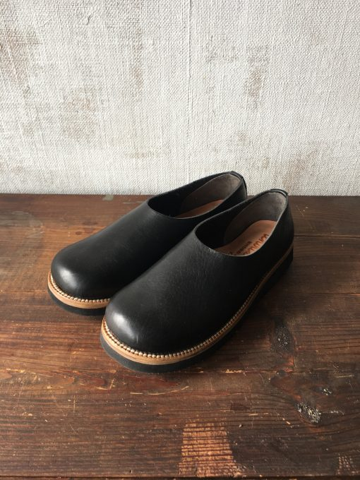 木靴のような黒いサボ