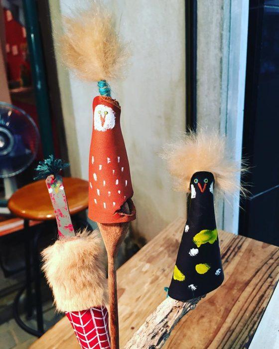 これは靴づくりででた小さな端革を使って、サモサ屋のポコシュカさんが作ってくれた小さな生物体。サイコーにかわいい😍