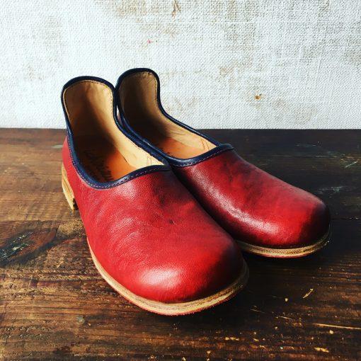 不動の人気者。赤い靴べらシューズ。