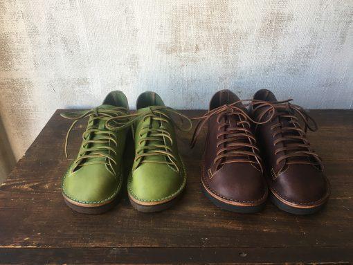 新緑とチョコ色のスニーカー